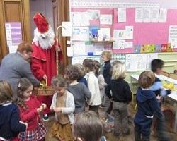 Saint Nicolas distribue des papillotes