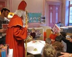 Saint Nicolas rend visite aux enfants des maternelles
